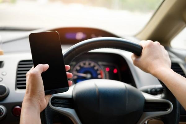 開車拿手機看時間挨罰 3 千元 女駕駛提告抗罰成功