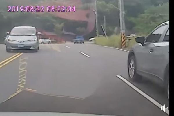 彎路連遇「逆向超車」 駕駛怒罵:目測差10公分就要對撞