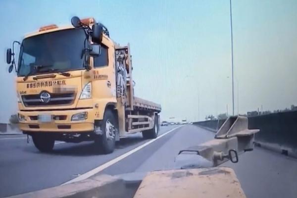 不要命了!拖吊車國道瘋狂倒車搶生意 險象環生