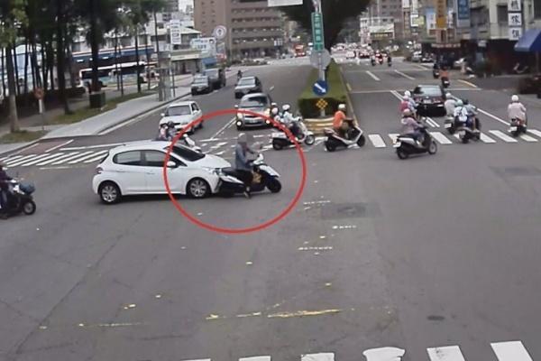 自認打方向燈成絕對路權 警通知到案打臉