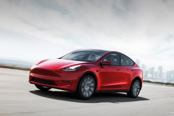 Tesla 號稱能坐 7 名成人! Model Y 第三排曝光遭車迷罵翻(內有影片)