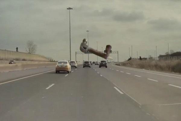 猛!特斯拉高速公路行駛 前方飛來鐵槌砸不破擋風玻璃