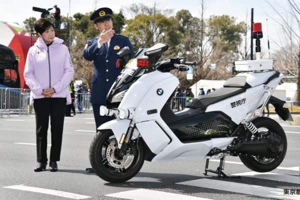 日本警視廳破天荒導入 BMW 電動機車,官員臉書暗諷自家品牌!