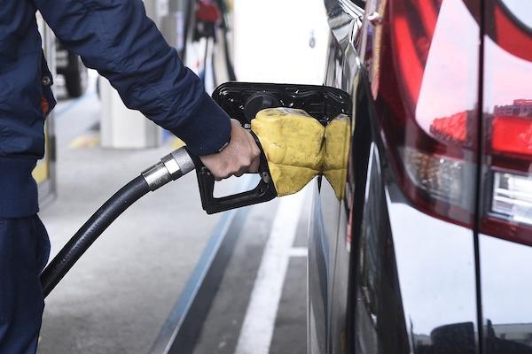 自助加油省錢卻有染病風險,美研究:油槍上的細菌量是馬桶蓋的 1 萬倍!