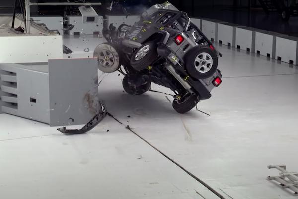 創下評測機構 8 年來首例!經典吉普車撞擊測試後竟翻車(內有影片)