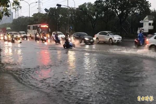 高雄沿海路積水及膝 下班尖峰汽機車被迫爭道