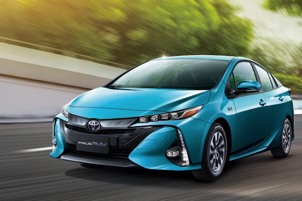 與 Tesla Model 3 搶市場?Toyota 插電式油電車 Prius PHV 最新售價很驚人