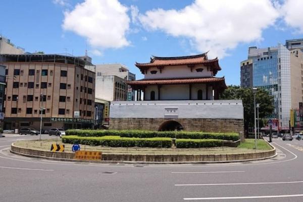 台南圓環機車擦撞超跑小牛 網友驚:恐會賠慘了