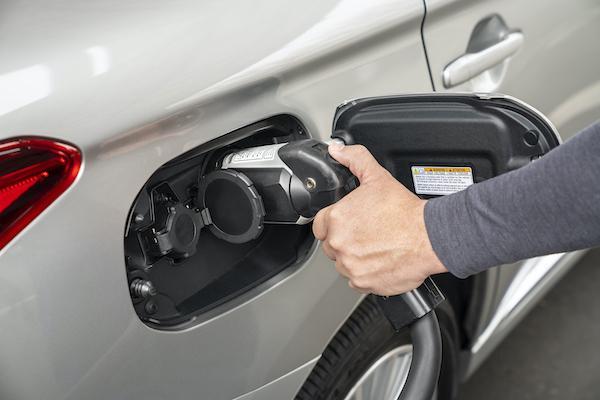 歐盟實測:插電式油電車排污表現,竟比車廠數據高 12 倍!