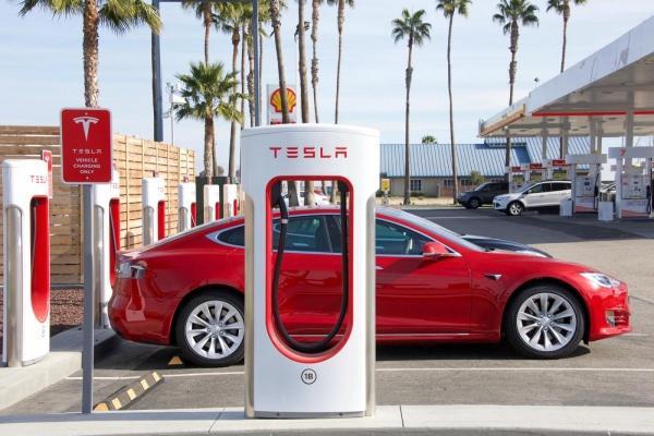 台灣車主充電需求大增,Tesla 計畫今年超級充電站將達 38 座!