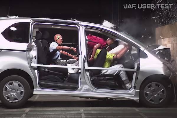 後座不繫安全帶遇上撞擊時有多危險?日本測試影片讓人怵目驚心(影片)