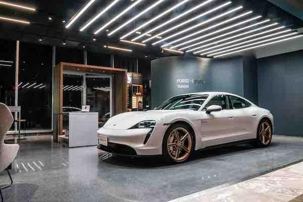 保時捷全球第一間概念店在台南!除了賣車,展間還有更衣室