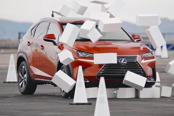 行駛中看手機平均要花 4.6 秒,Lexus 實測告訴你有多危險!(內有影片)