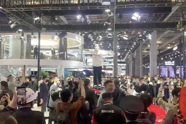 中国特斯拉车主在上海车展上大惊小怪!抗议Model 3制动失败(视频)-免费汽车新闻频道