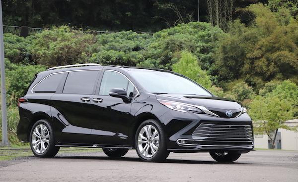 奶爸車評最愛它的大空間!Toyota Sienna 美規油電 7 人座試駕(影音)