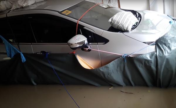(影片)颱風來襲 如何讓愛車不變泡水車?這車主用「防水布」一招避險!