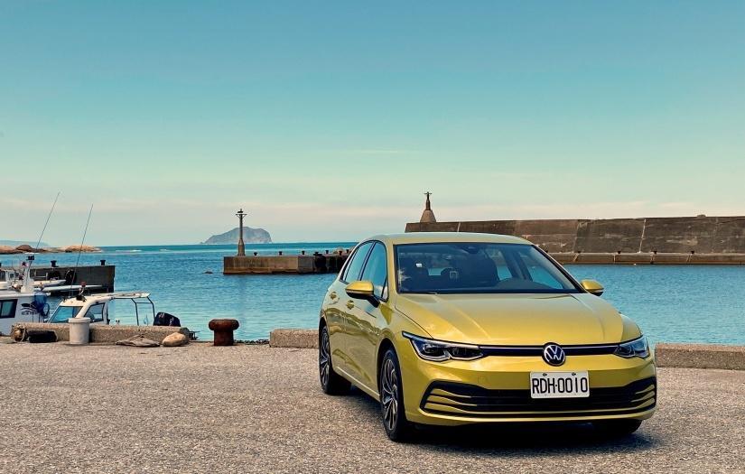(影片)低稅金、低油耗,但不失操駕樂趣!VW 全新 Golf 230 eTSI 試駕