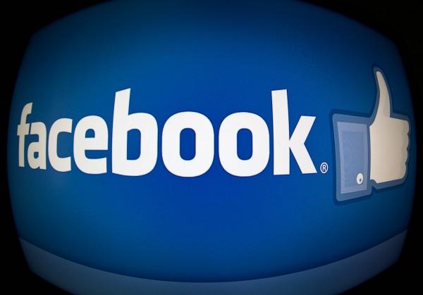 臉書市值攀高峰 衝破2千億美元