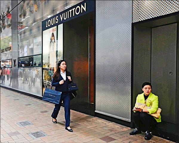 《國際現場》過度依賴中國 香港零售額萎縮