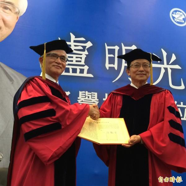 中美晶董事長盧明光  今獲交大名譽博士學位
