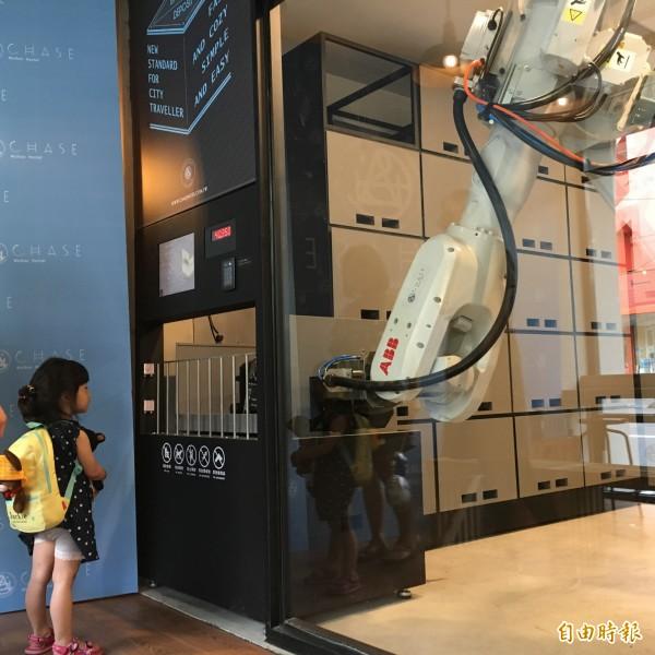 六軸工業機器人走進飯店 幫旅客搬行李