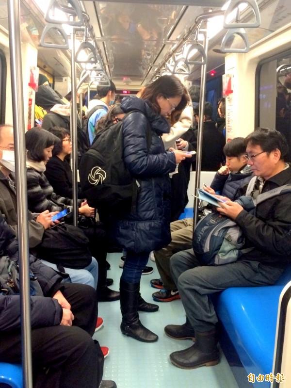 現代人多愛看手機? 平均全球每人每日40次