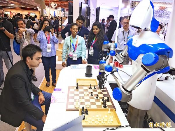 智慧機器人 下棋不忘倒咖啡