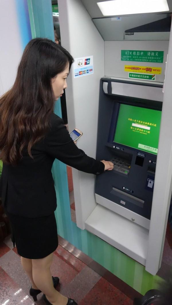 可以嗶嗶購物了!中華郵政7月發行感應式VISA金融卡