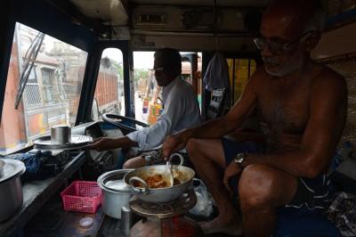 抗議油價上漲 印度卡車司機無限期罷工