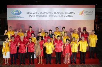 APEC峰會晚宴秀領導時尚  張忠謀夫人紅黃中一點綠