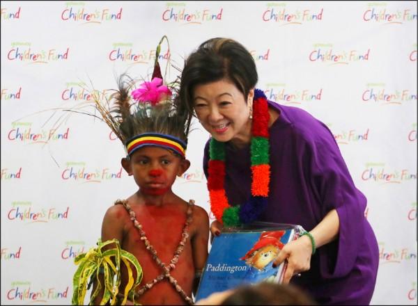 APEC》夫人外交 張淑芬捐贈巴紐學校物資