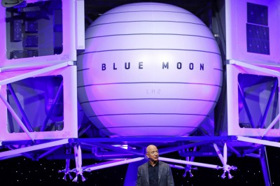 馬斯克惡搞貝佐斯登月器 修圖成「藍色蛋蛋」