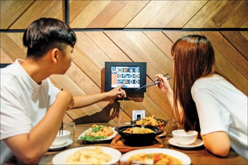〈財經週報-餐飲業〉導入新科技 熱炒店E化平板點餐