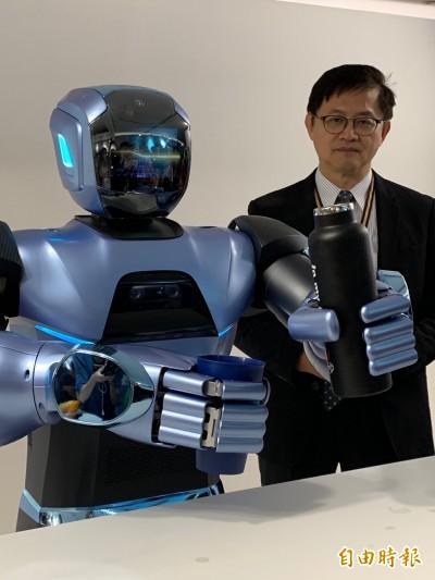 和碩機器人好聰明  陪你打撲克牌