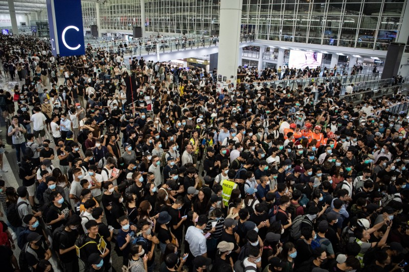 香港機場停擺 分析師警告:恐危及航空樞紐及商業中心地位