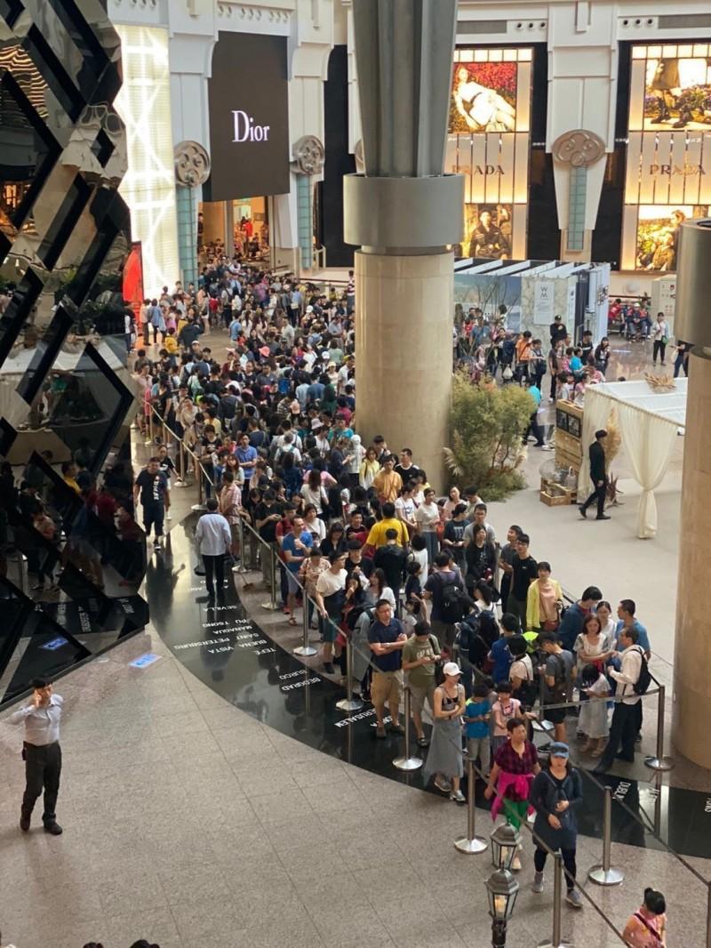 祭出史上最低票價 台北101觀景台人潮塞爆