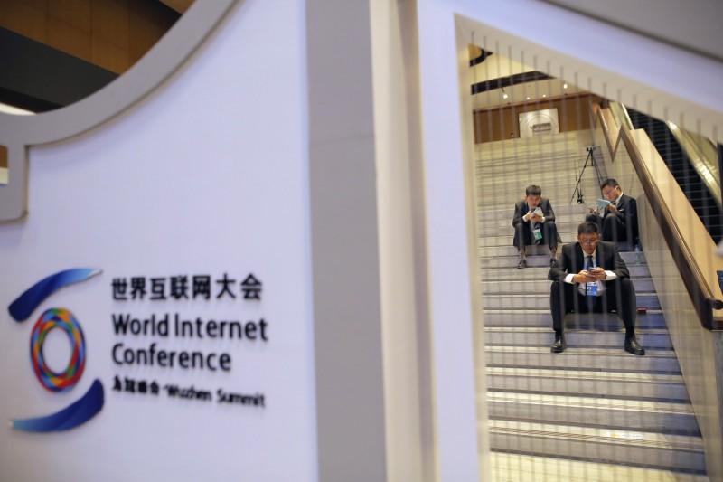 諷刺!中國召開全球互聯網大會 現場人士猛翻牆…