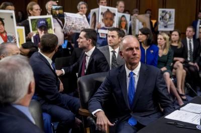 波音CEO稱將為罹難家屬負責 反遭議員嗆「你還在領3000萬美元年薪」