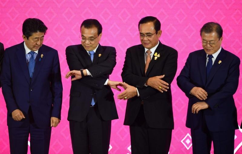 日韓貿易戰爆發後首次碰面 安倍、文在寅握手8秒就結束