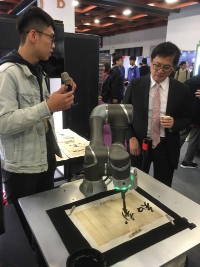 資訊月展出機器人揮毫、泡咖啡 童子賢:這是科技溫柔人性的一面