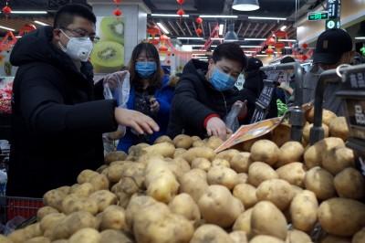 武漢肺炎》中國民眾瘋囤貨!超市現抬價亂象 1顆生菜賣8倍價