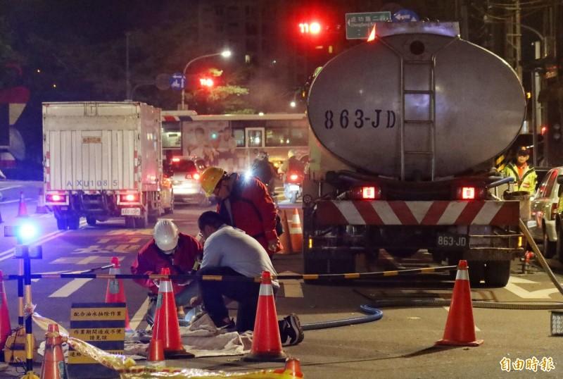中油北市漏油找不到破損點 成功路交流道旁開挖