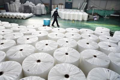 武漢肺炎》急!中國大量服飾業轉產口罩 當局30分鐘火速發照