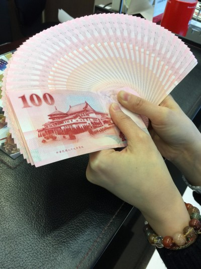 新台幣爆量收貶0.9分    熱錢效應不敵避險需求