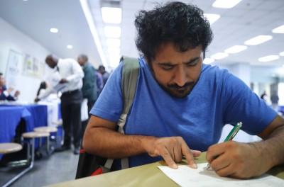 武漢肺炎》上週初請失業金再增525萬人  美國失業率至少約17%
