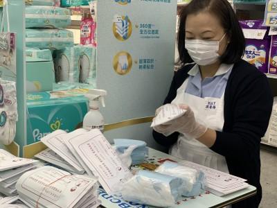 台北亞都挺防疫 外送人力支援社區藥局口罩包裝