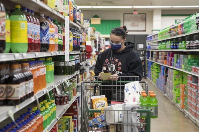 美國紓困支票3.6萬元 民眾買槍枝、食物、坐浴盆