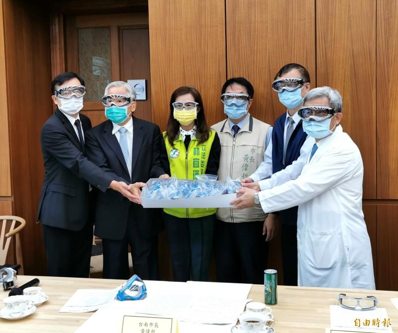 台灣國產高階護目鏡送醫護  黃偉哲樂見證:川普也會羨慕