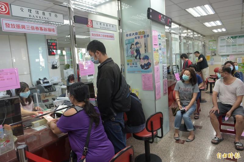 郵局週六加班賣三倍券 1小時狂銷逾21萬份