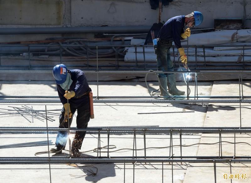 勞保費率明年調漲0.5% 1027萬名勞工保費增加